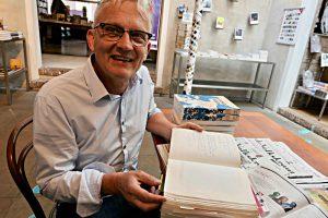"""Daan van der Valk mit der """"Bibel"""", dem Gästebuch der Buchhandlung H. de Vries"""