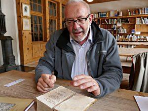 Chasper Pult, Präsident des Stiftungsrats, mit der Bibel von Giachem Bifrun