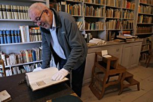 Chasper Pult, Präsident des Stiftungsrats, in der Von-Planta-Bibliothek