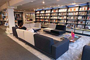 Lesegelegenheit: Sofas, Stühle - eine Einladung zum Verweilen