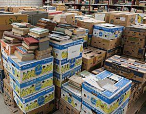 Das Bücherlager - Bananenschachteln warten auf Bearbeitung