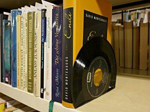 Schallplatte als Bücherstütze