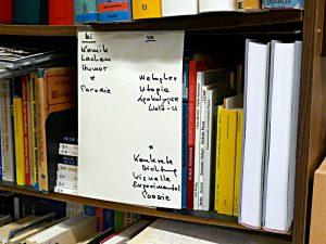 Orientierungshilfe: Was vorn und was hinten auf dem Tablar steht.