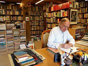 Rainer Stöckli in seiner Bibliothek