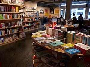 Bücher, Papeterieartikel, Arbeitsplätze