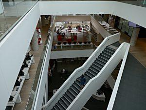 Brücken und Treppen im Atrium verbinden die Etagen