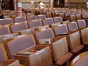 Bücherangebot in der Kapelle: auf jedem Sitz eine Schachtel