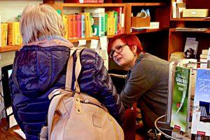 Jana Fäs mit einer Kundin