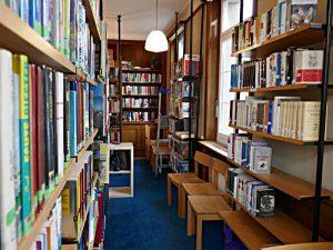 Büchergestelle, Sitzgelegenheiten
