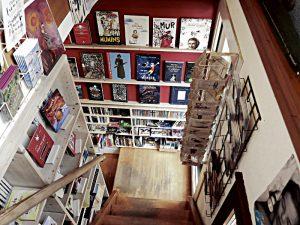 Steile Treppe von oben