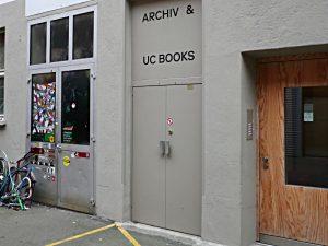 Eingang und Lifteingang zu Archiv & UC Books
