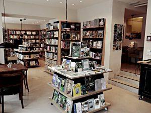 Buchhandlung von der Theke her