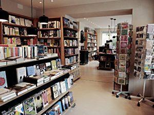Buchhandlung von der Eingangstüre her