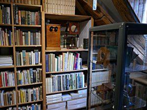 Bücher bis unters Dach, fotografische Apparate