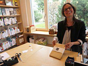 Sandra Bellini und ihr geschenkverpacktes Buch