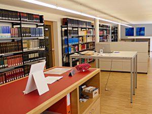 Lesesaal mit der Referenzbibliothek vom Eingang her