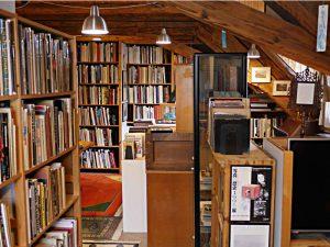 Bücher bis unters Dach an jeder Wand