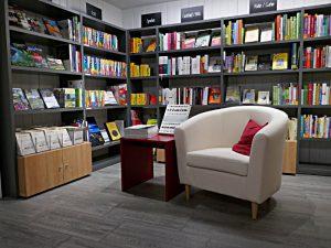 Der hintere Raum der Buchhandlung Otz