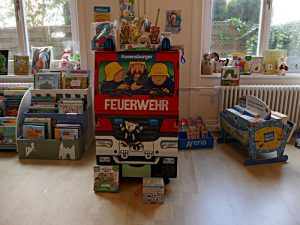 Im Kinderzimmer: Die Feuerwehr, Buchauslage auf Kinderhöhe