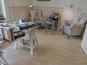 In der Hausbibliothek: Sessel und Lektüre