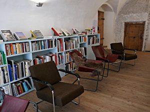 Im Tonnengewölbe der Bibliothek, Sessel, Bücherregal
