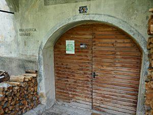 Eingang ins Haus mit der Bibliothek