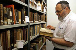Edouard Selig in der Bibliothek