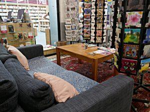 Das Sofa vor dem Eingang, geschützter Ort hinter den Kartenständern