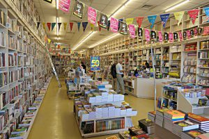 Schlauchartiger, rechteckiger Raum, Bücherinseln