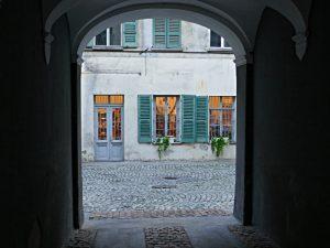 Blick durchs Tor von der auf die Fenster der Buchhandlung