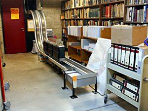 Die Bücherbahn vom Keller zur Theke des Sozialarchivs