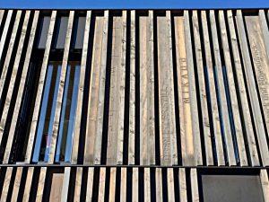 Die Fassade, gestaltet wie Buchschnitte