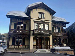 Schweizer Haus mit der Dokumentationsbibliothek im Dachgeschoss