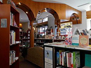 Blick auf die drei Bögen in der Buchhandlung