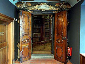 Eingang zur Bibliothek: Die Seele findet dort Heilung