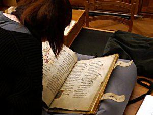 Studentin an der Arbeit mit dem Forchart-Psalter