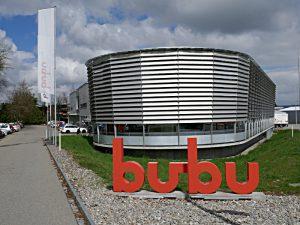 bubu - Logo vor dem Firmengebäude in Mönchaltorf