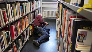 Bücher in Bodennähe sind nur für gelenkige Besucherinnen und Besucher zugänglich