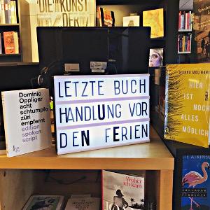 Schaufensterbild: Letzte Buchhandlung vor den Ferien