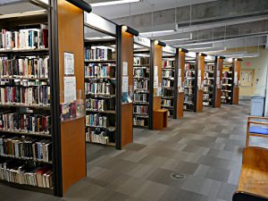 Central Library Vancouver: Gestelle, Beleuchtung, Deckenträger aus Beton, grauer Boden