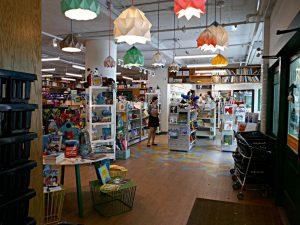 Kidsbooks Eingangsbereich, Blick zu den Büchern der Kleinkinder