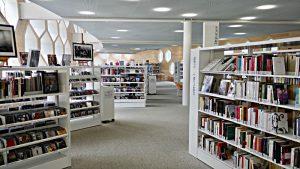 Innen, Buchgestelle, alles weiss