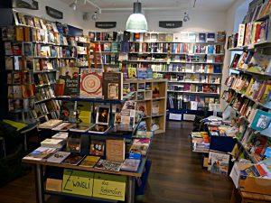 Blick in den rechten Raumteil der Buchhandlung
