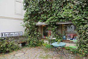 lauschiger Ort mit Tisch und Stühlen vor der Buchhandlung