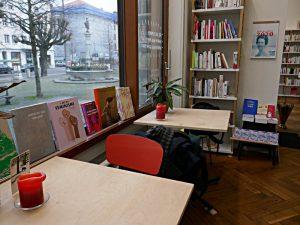 Tisch am Fenster mit Aussicht auf den Brunnen und Bücher