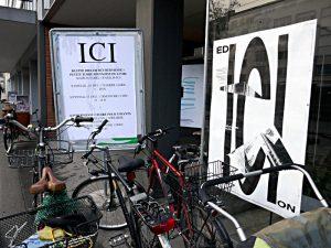 Plakate am Eingang zur Edicion 19