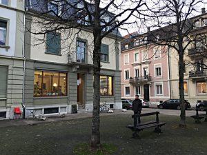 Rue Centrale No. 14, Platz mit Sitzbänken und Bäumen