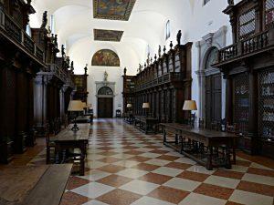 Blick in die alte Klosterbibliothek