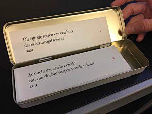 Schachtel mit Gedichtteilen, die neu arrangiertwerden können