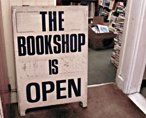 Stellere vor der Tür: The Bookshop is open.